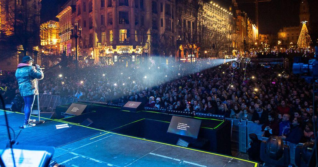 Festa à moda do Porto, com milhares de pessoas nos Aliados na entrada do novo ano
