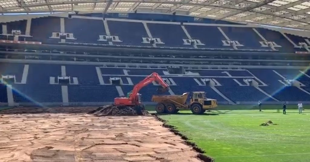 Troca do relvado do Estádio do Dragão em marcha